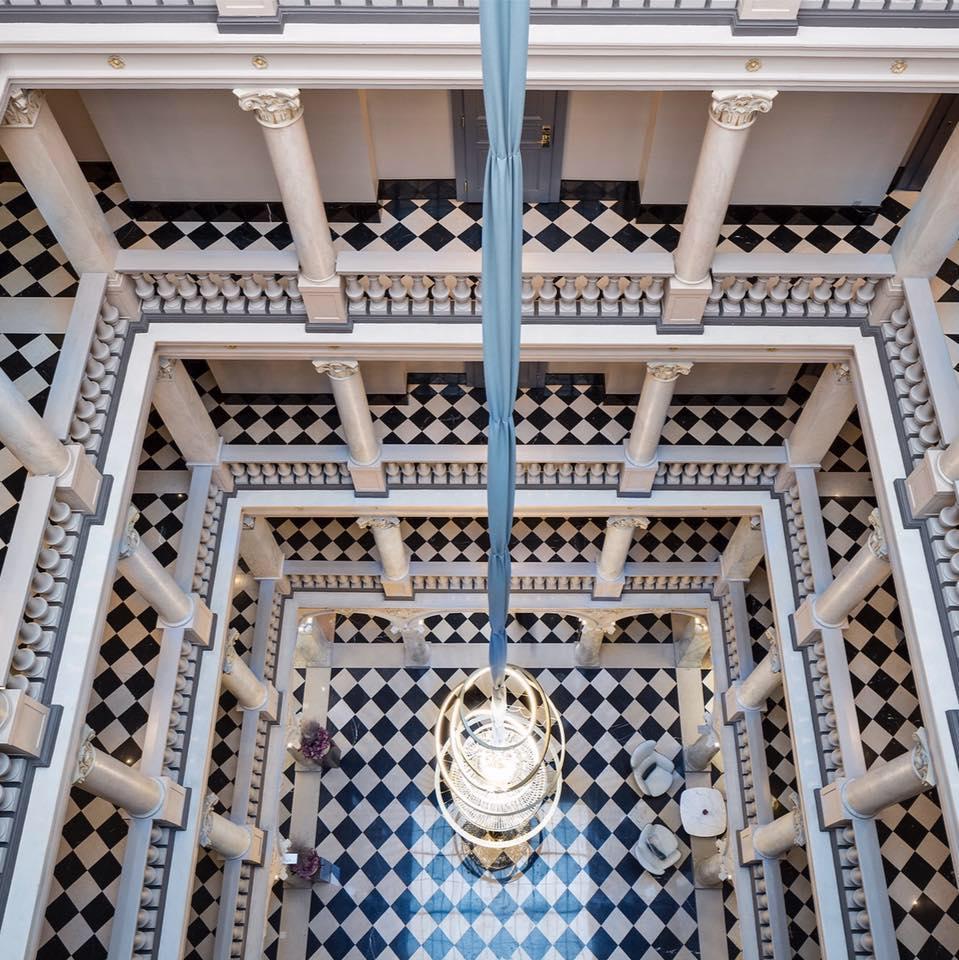 Atrium et colonnes à l'hôtel de la Paix - Genève