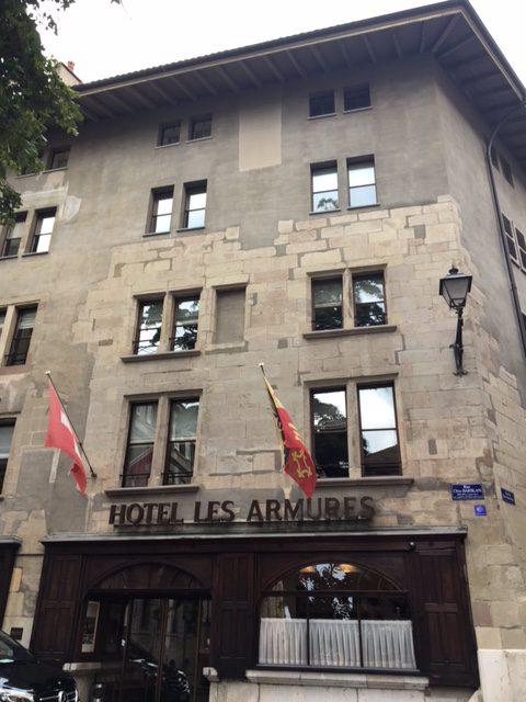 Entrée de l'Hôtel les Armures à Genève